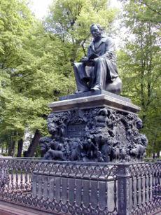 Памятник Ивану Андреевичу Крылову в Летнем саду в Санкт-Петербурге (1845—1851, скульптор Пётр Карлович Клодт, рельефы Александра Алексеевича Агина).
